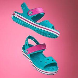 Sandały na różowym tle jako przykład fotografi produktowej w zastosowaniu w reklamie