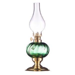 sklana lampka z elementem mosiężnym odbijająca światło i z kloszem bezbarwnym jest przykładem wielu złożonych technik oświetlenia studyjnego w zdjęciach produktowych
